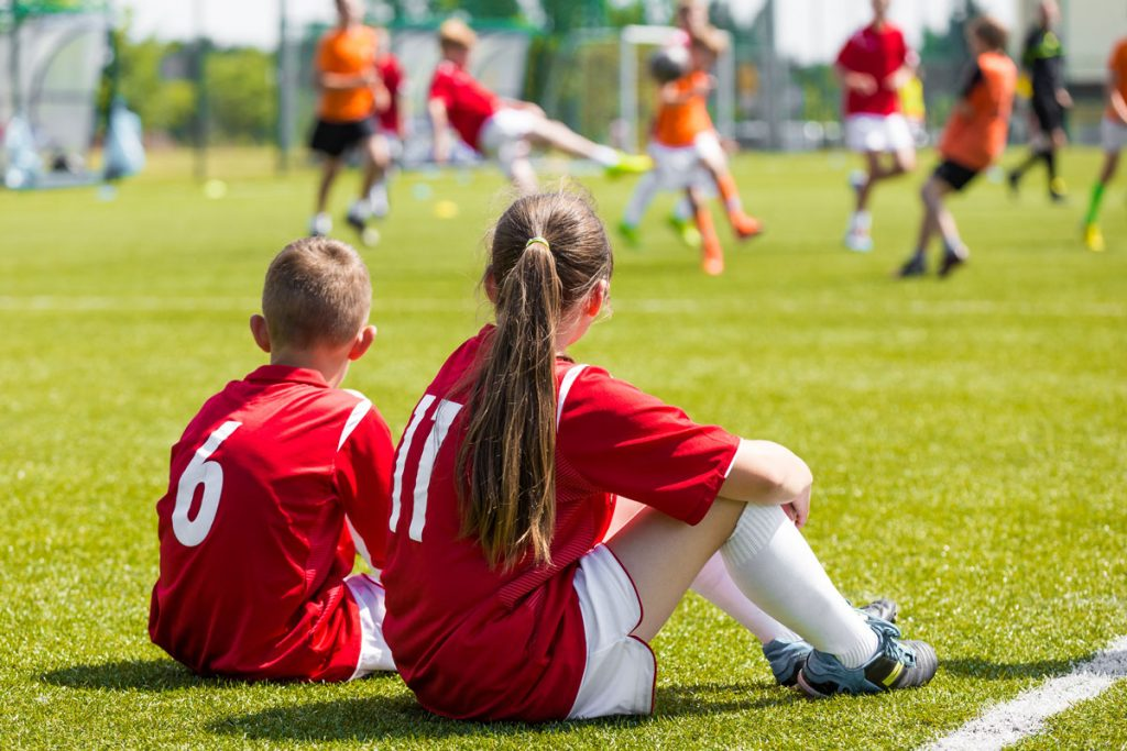 jovenes deporte jugando fútbol